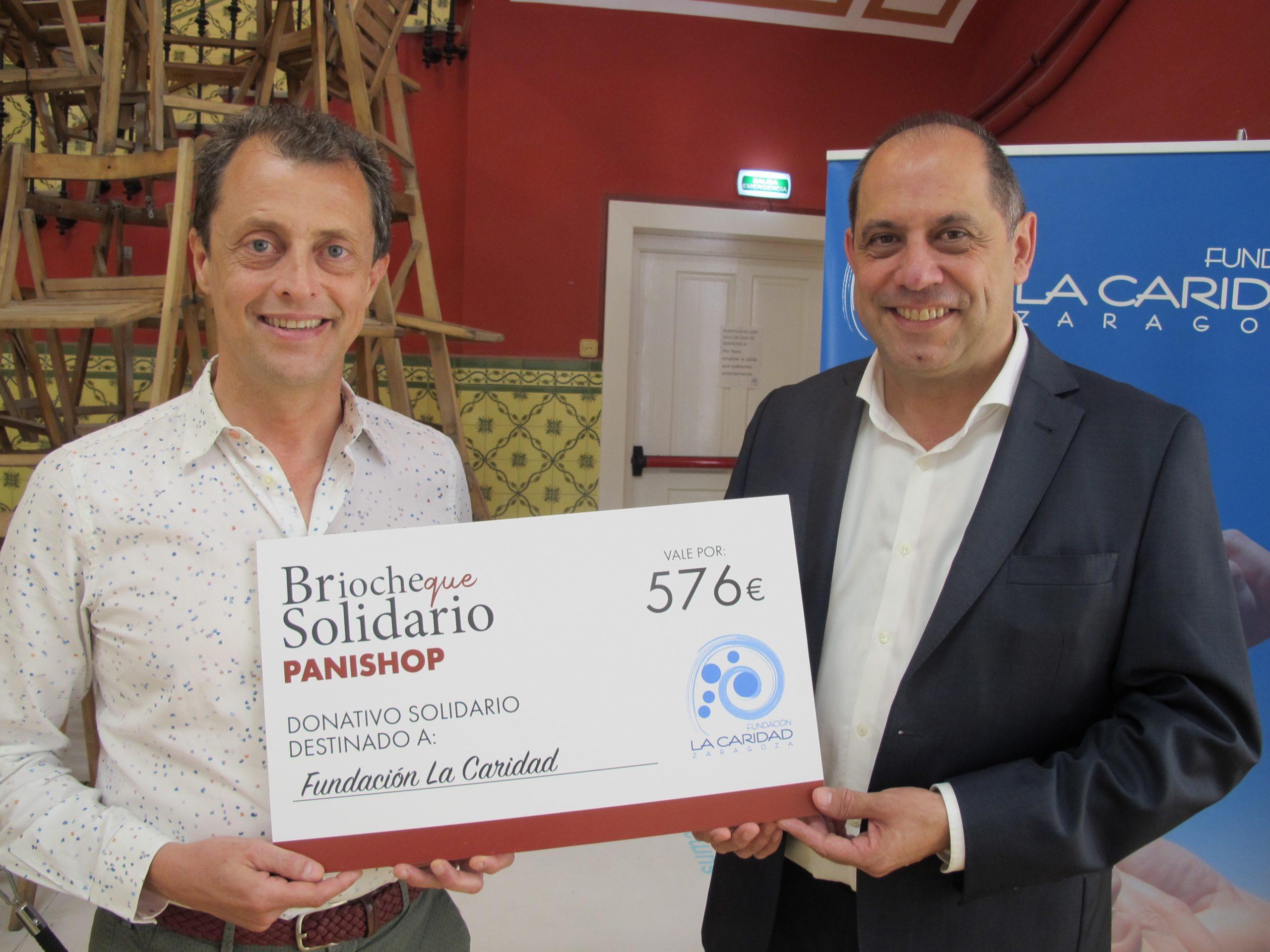 Daniel Gimeno y José Rébola en la entrega del cheque a La Caridad